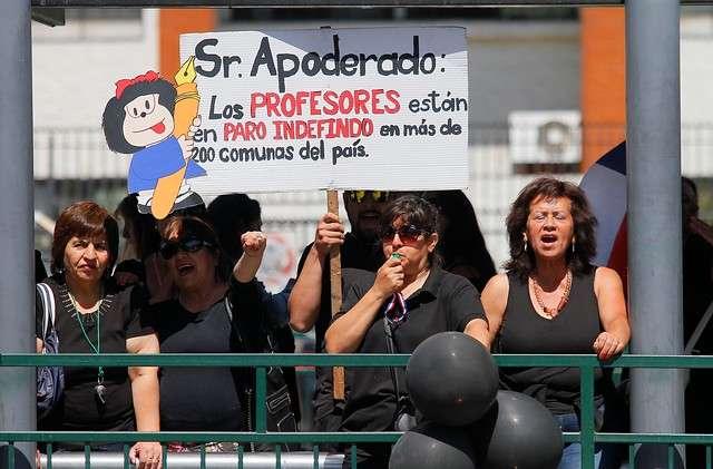 Un grupo de profesores en paro protestaron a las afueras de la celebración del XXIV Aniversario de la Fundación PRODEMU en el centro Matta de la comuna de La Granja, durante la visita de la Presidenta Michelle Bachelet. Foto: Agencia UNO