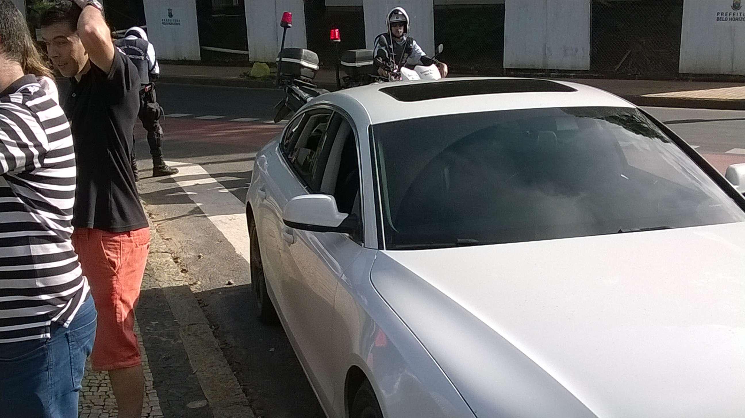 Leandro Donizete parou carro em faixa de pedestres para atender jornalistas, mas escapou de multa Foto: Marcellus Madureira/Marcellus Madureira Rodrigues de Oliveira - ME - Especial para o Terra