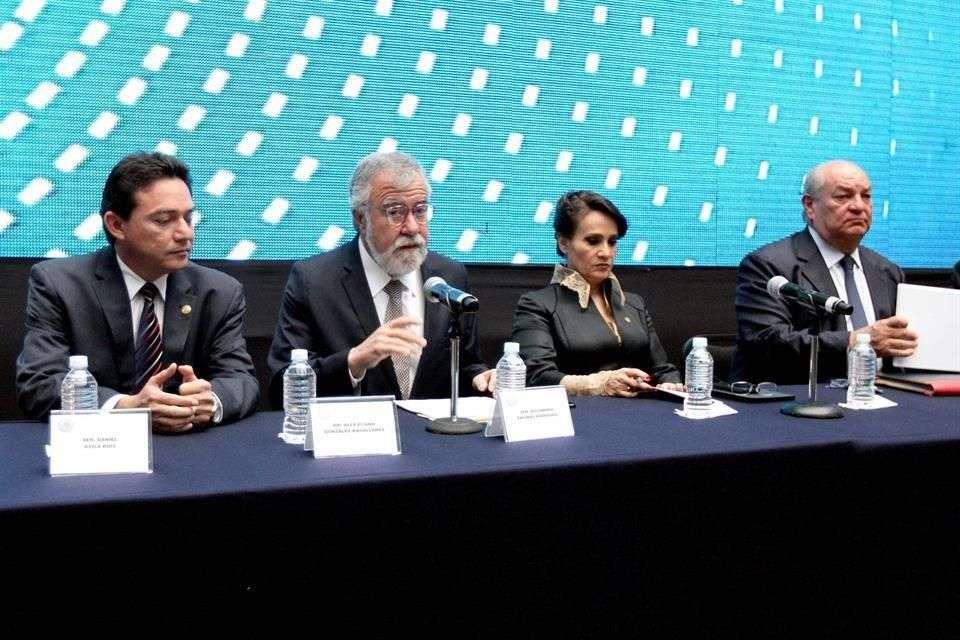 El senador Alejandro Encinas aseguró que el PRD podría quedar prácticamente muerto si decide actuar como un partido satélite del Gobierno que da la espalda a sus militantes. Foto: Notimex
