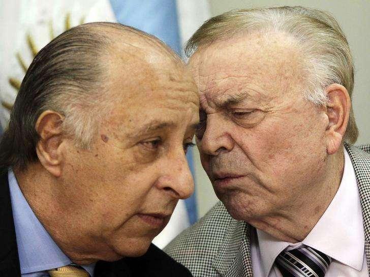 Del Nero conversa com José Maria Marin durante entrevista em Assunção em 23 de abril de 2013. Foto: Jorge Adorno/Reuters