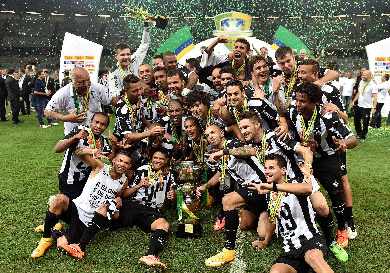Jogadores do Atlético-MG posam com taça da Copa do Brasil Foto: Buda Mendes/Getty Images