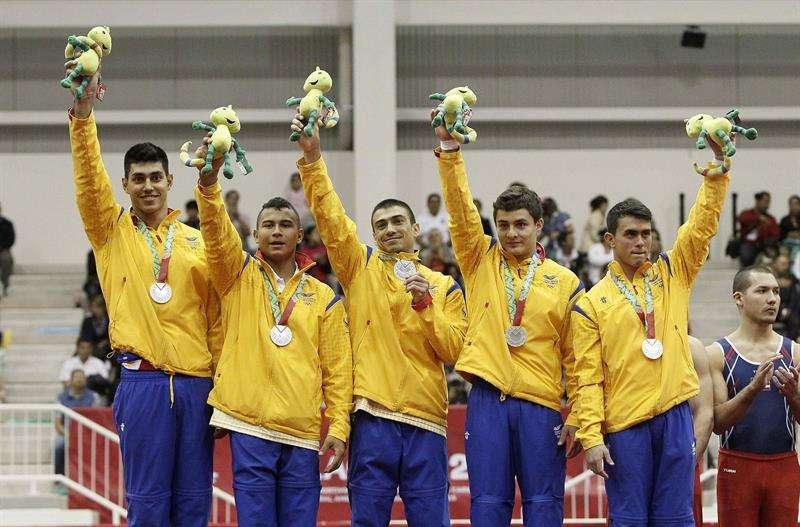 Gimnastas colombianos ganaron medalla de plata en modalidad de equipos. Foto: EFE en español