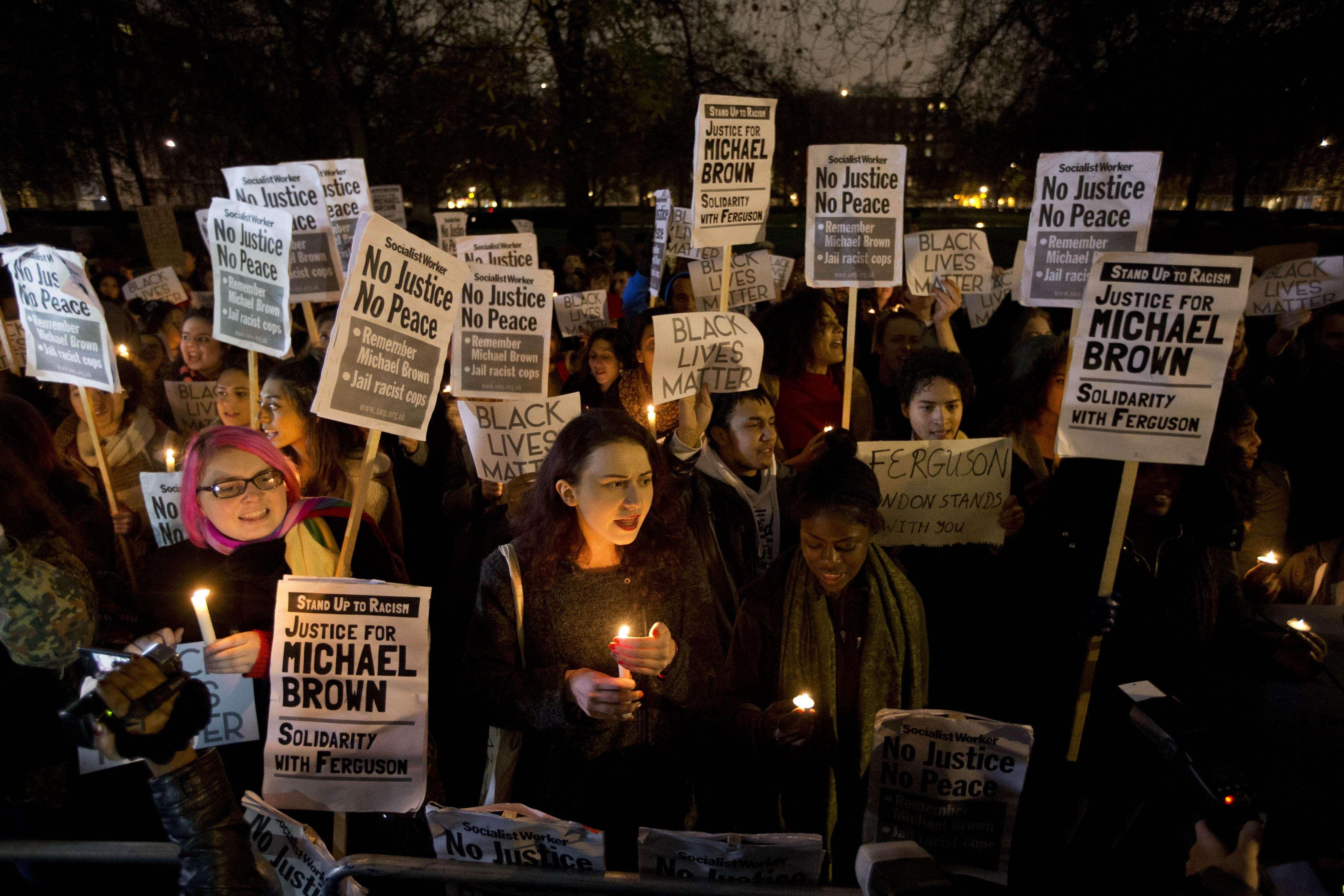 Britânicos também protestaram contra caso da absolvição de policial da morte de jovem negro Foto: Matt Dunham/AP