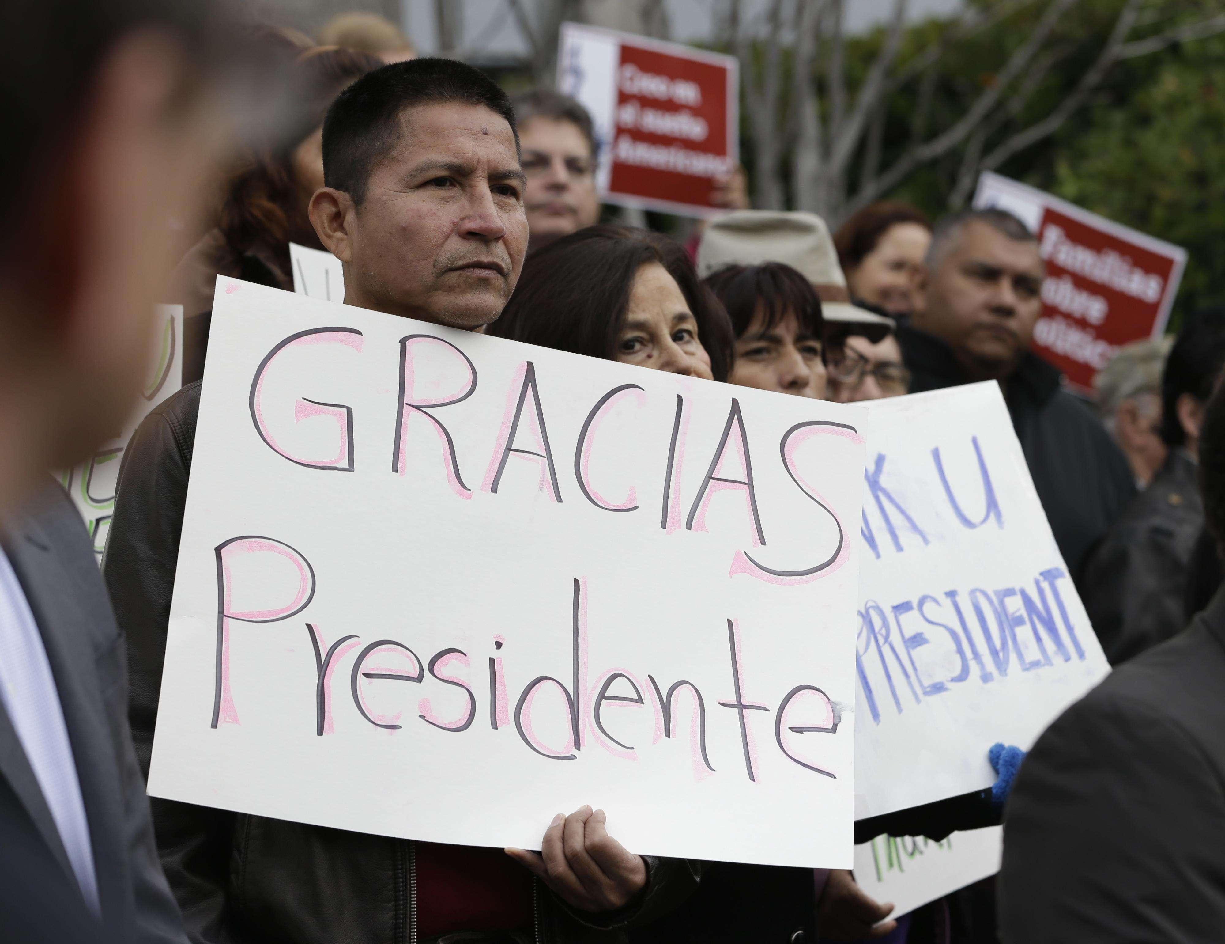 El inmigrante indocumentado Sebastian Montalvan celebra la acción ejecutiva del presidente Barack Obama sobre la inmigración ileagal, en Sacramento, California, el 21 de noviembre del 2014. Foto: AP en español
