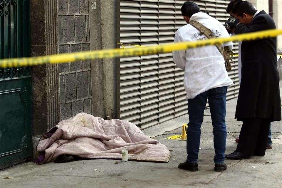 Una mujer en situación de calle fue encontrada muerta por hipotermia esta mañana en la Colonia Roma. Foto: Salvador Chávez/Reforma