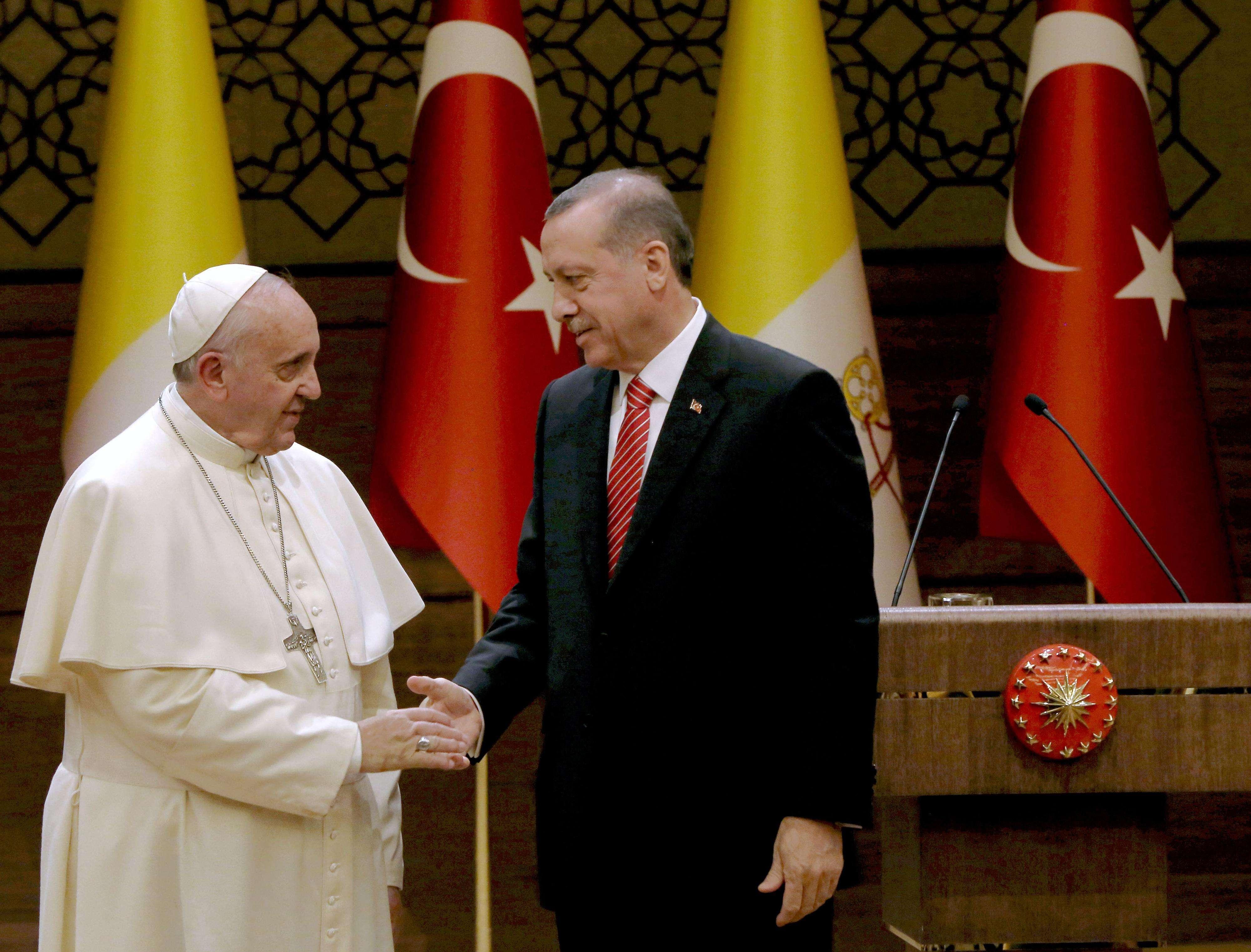 El Papa Francisco, estrecha la mano del presidente turco, Recep Tayyip Erdogan, en Palacio Presidencial de Ankara, durante su visita oficial en Turquía el 28 de noviembre de 2014. Foto: AP en español