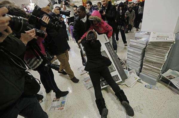 TVs Polaroid com preço de 140 libras esterlinas cada causa briga em loja londrina Foto: SkyNews/Divulgação