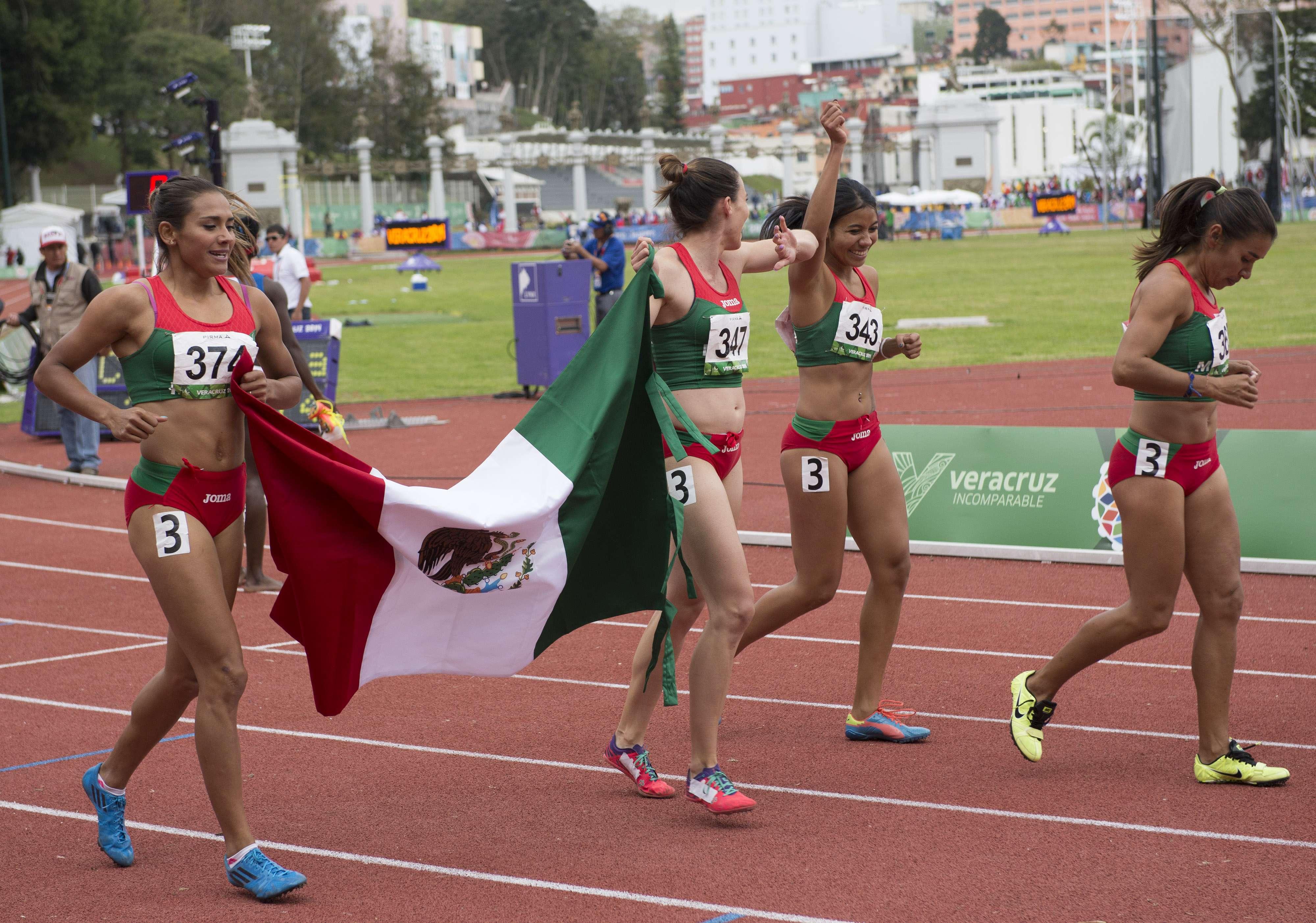 Las mexicanas celebran con la bandera nacional. Foto: Mexsport