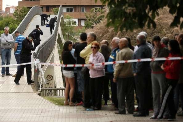 Mientras la policía sacaba los cuerpos de las dos menores del domicilio, los vecinos se mantenían expectantes alrededor de la zona acordonada. Imagen de ilustración Foto:  CESAR MANSO/AFP/Archivo