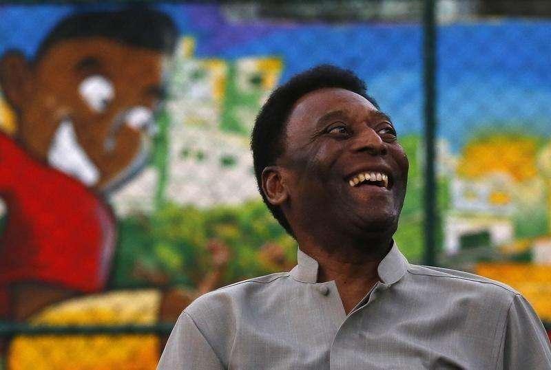 Brazilian soccer legend Pele laughs during the inauguration of a refurbished soccer field at the Mineira slum in Rio de Janeiro September 10, 2014. Foto: Ricardo Moraes/Reuters