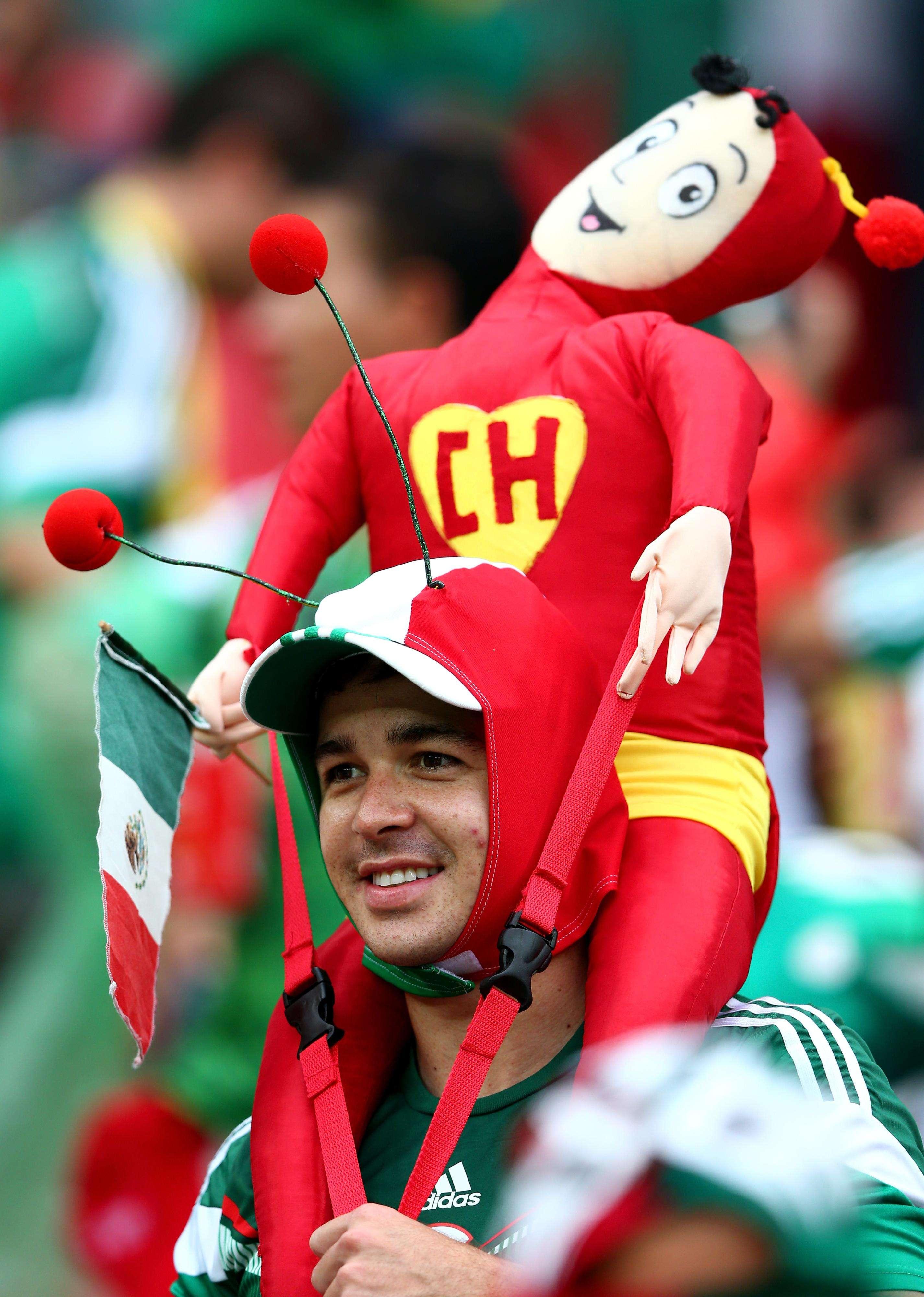 """Los fanáticos mexicanos siempre en los Mundiales con la vestimenta de algún persobaje de """"Chespirito"""". Foto: Getty Images"""