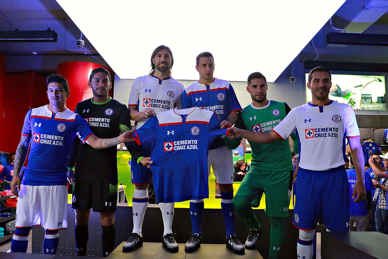 Los jugadores de Cruz Azul muestra los uniformes que lucirán en el Mundial de Clubes Foto: Imago7