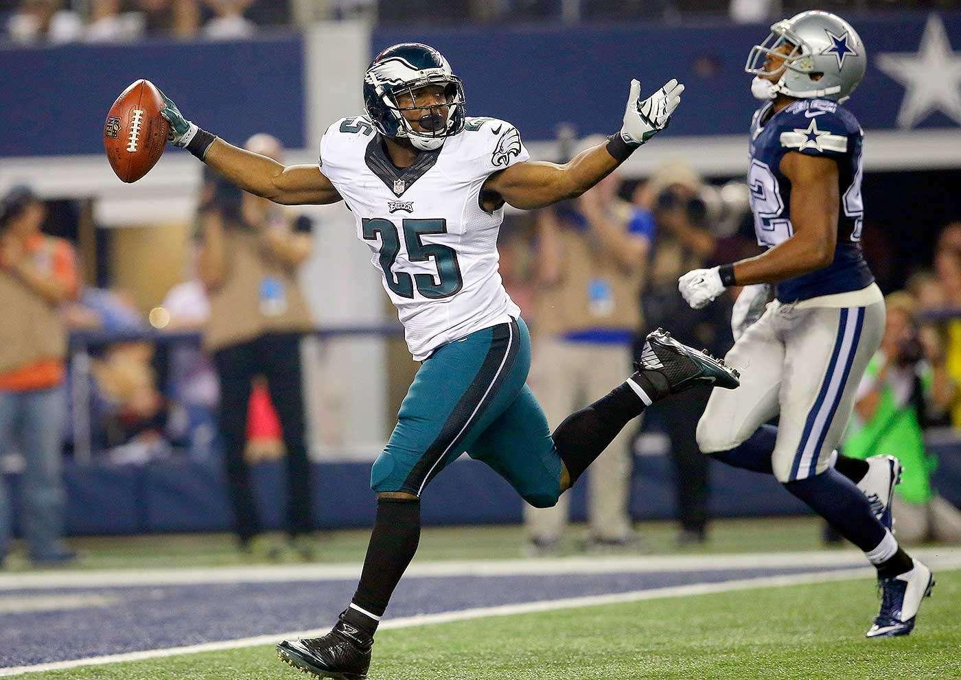 LeSean McCoy avanzó 159 yardas por vía terrestre ante Dallas y rebasó la marca de 1.000 yardas logradas por cuarta ocasión desde 2010. Foto: AP
