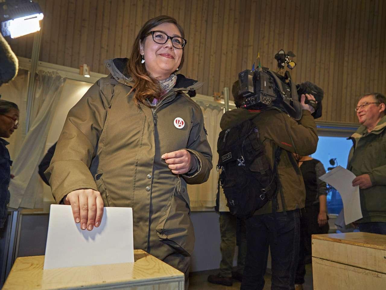 La líder del partido izquierdista Inuit Ataqatigiit (IA), Sara Olsvig, deposita su voto en una urna en un colegio electoral en Nuuk, Groenlandia Foto: EFE en español