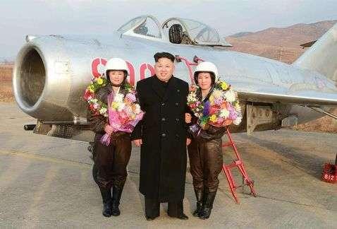 El líder norcoreano se mostró satisfecho con el desempeño de las jóvenes e incluso se tomó fotografías con ellas. Foto: EFE en español