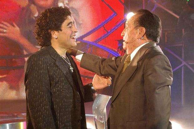 """Diego Armando Maradona junto a Roberto Gómez Bolaños. Foto: Tomado de video """"La Noche del 10"""""""