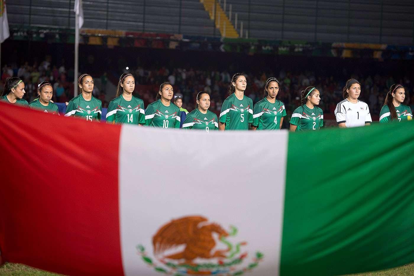 Con goles de Charlyn Corral y Maribel Domínguez, México derrotó 2-0 a Colombia y conquistó la medalla de oro del futbol femenino de los Juegos Centroamericanos y del Caribe Veracruz 2014. El bronce correspondió a Costa Rica que venció 3-2 a Venezuela. Foto: Mexsport