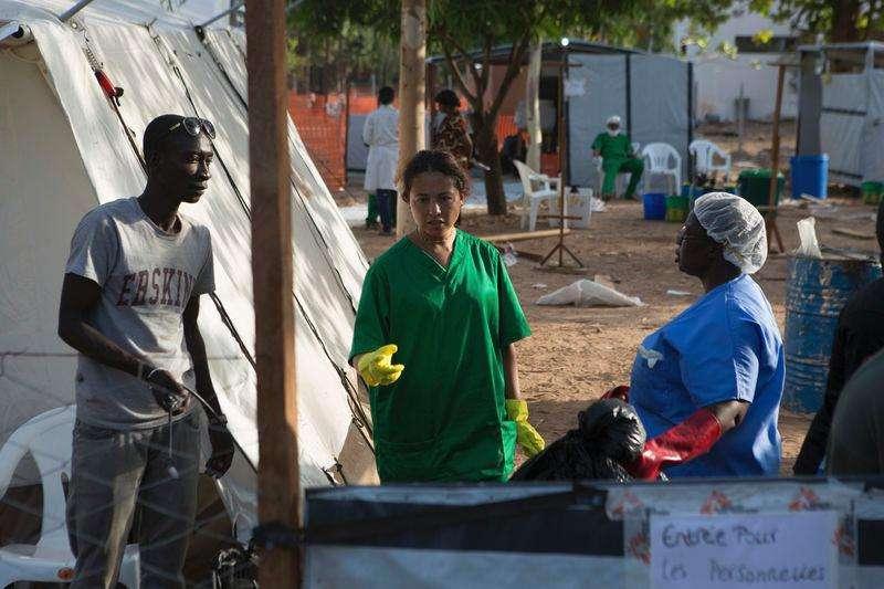 Profissionais de saúde em centro para tratamento de Ebola em Bamako. 13/11/2014 Foto: Joe Penney/Reuters
