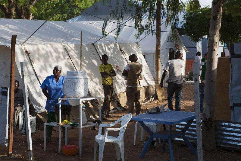 Los hombres que se recuperan del ébola deberían abstenerse de mantener relaciones sexuales durante tres meses para minimizar el riesgo de contagiar el virus a través de su semen, dijo el viernes la Organización Mundial de la Salud (OMS). En la imagen, trabajadores sanitarios trabajan en un centro para enfermos de ébola en Bamako, Mali, el 13 de noviembre de 2014. Foto: Joe Penney/Reuters