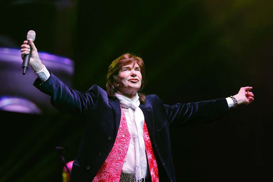 El artista español se presentó ante sobre 10 mil personas en el Movistar Arena que entonó cada uno de sus éxitos en una noche que congregó hasta tres generaciones en el recinto capitalino. Foto: Agencia UNO