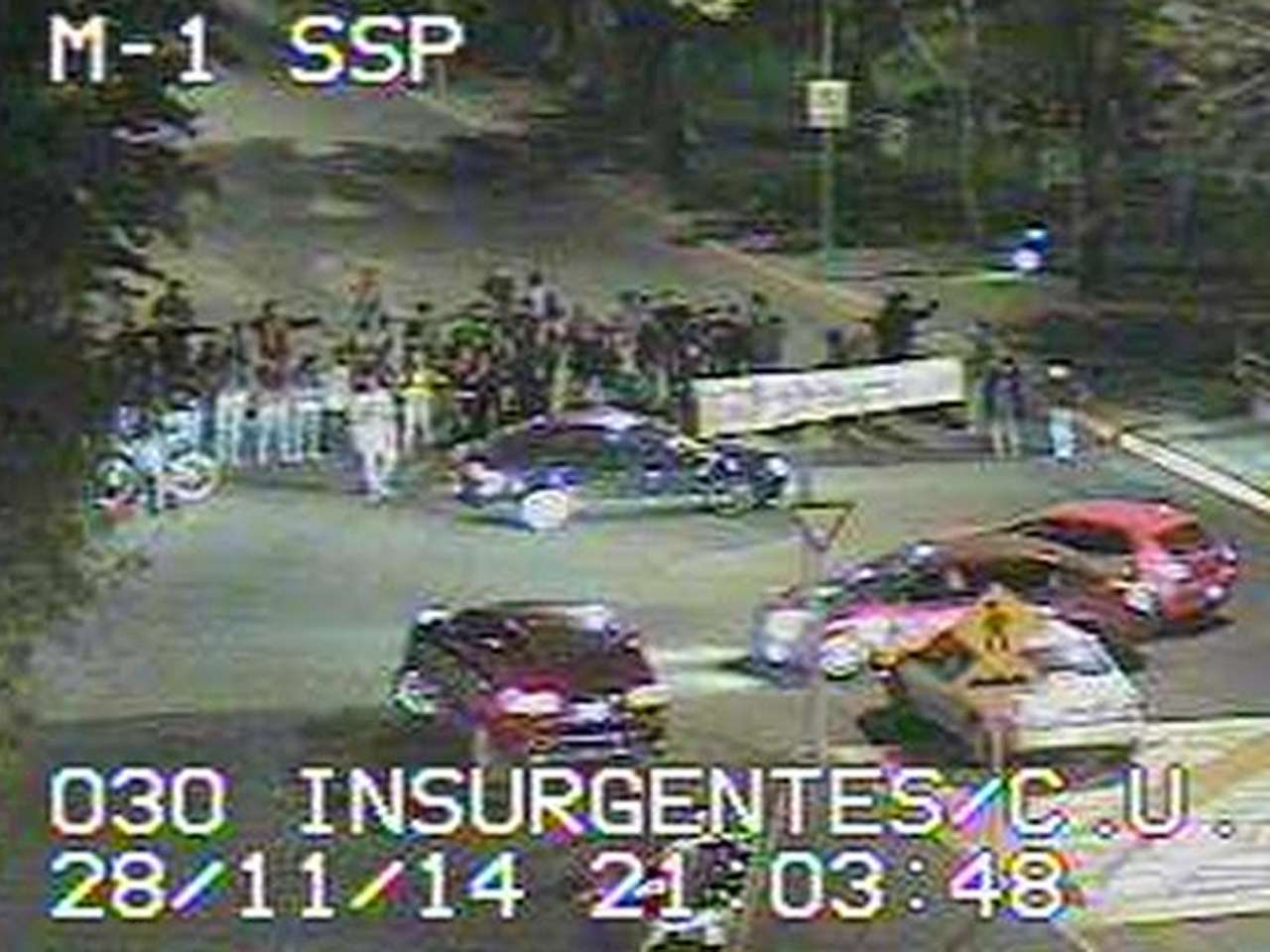 Tras la detención del activista de #YoSoy132 Sandino Bucio Dovalí en las inmediaciones de Ciudad Universitaria, estudiantes de la Facultad de Filosofía y Letras de la UNAM bloquean Insurgentes Sur. Foto: @OVIALCDMX