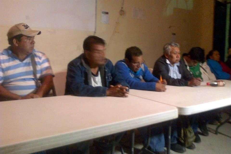 Luego de tener una reunión con funcionarios del Gobierno federal, los padres de los 43 normalistas de Ayotzinapa desaparecidos se quejaron de que aún no se investiga al Ejército Mexicano ni a la Policía Federal por su presunta omisión en los hechos de violencia de Iguala. Foto: Jesús Guerrero/Reforma