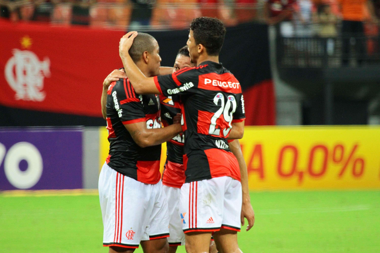 Jogadores do Flamengo comemoram goleada aplicada sobre o Vitória neste sábado Foto: Edmar Barros/Futura Press