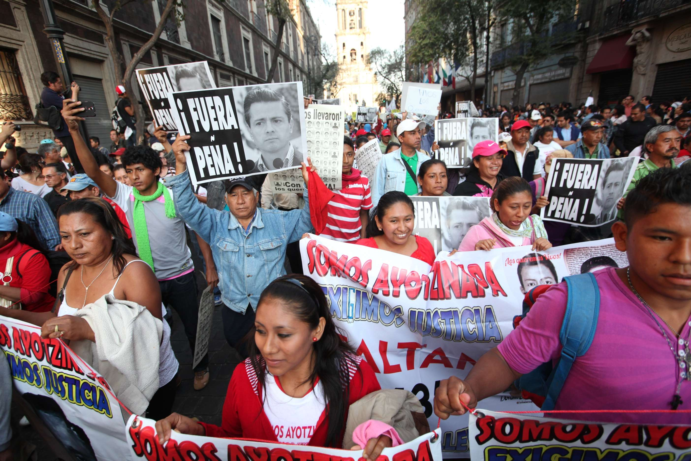 Contingentes que marcharon del Monumento a la Revolución y del Zócalo exigieron en el Ángel de la Independencia la dimisión de Peña Nieto y la aparición de 43 normalistas Foto: Uriel Olivares/Terra