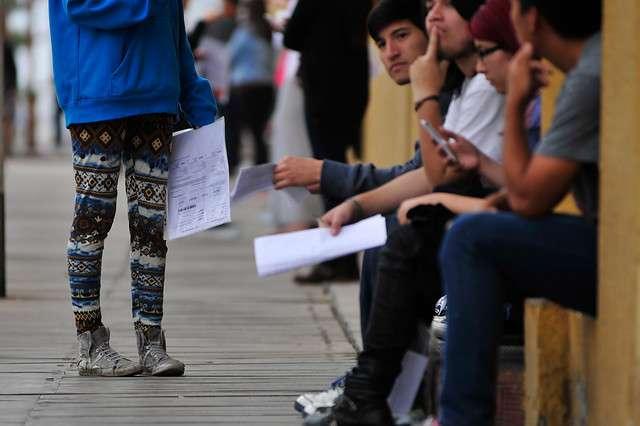 Un grupo de jóvenes esperaba por ingresar a la cuarta prueba de la PSU, en el Liceo Libertador General Bernardo O´Higgins de la ciudad de Iquique, por el inicio del proceso de rendición de la Prueba de Selección Universitaria (PSU), correspondiente al Proceso de Admisión 2015. Ya se rindió en esta jornada, la prueba de Matemáticas. Foto: Agencia UNO