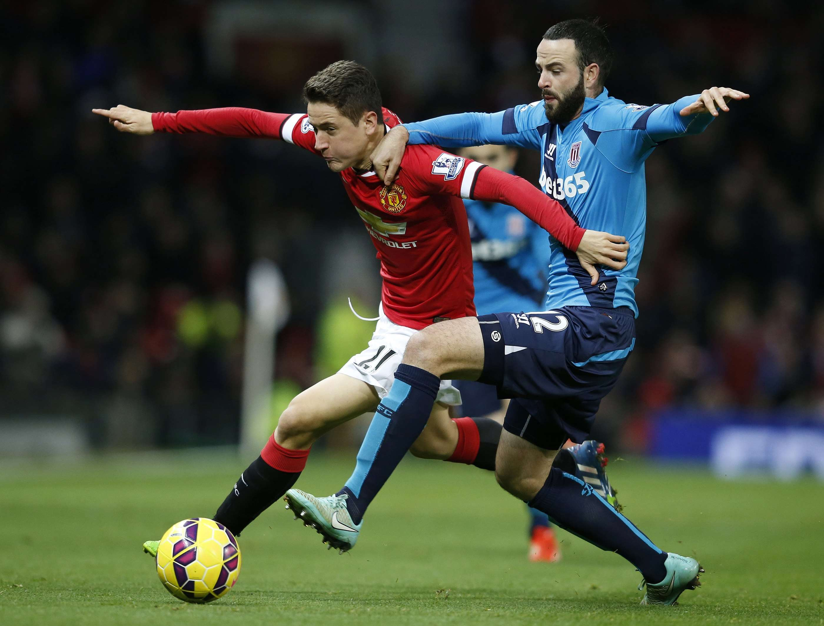 "Manchester United's Ander Herrera (L) is challenged by Stoke City's Marc Wilson during their English Premier League soccer match at Old Trafford in Manchester, northern England December 2, 2014. REUTERS/Phil Noble (BRITAIN - Tags: SPORT SOCCER) NO USE WITH UNAUTHORIZED AUDIO, VIDEO, DATA, FIXTURE LISTS, CLUB/LEAGUE LOGOS OR ""LIVE"" SERVICES. ONLINE IN-MATCH USE LIMITED TO 45 IMAGES, NO VIDEO EMULATION. NO USE IN BETTING, GAMES OR SINGLE CLUB/LEAGUE/PLAYER PUBLICATIONS. FOR EDITORIAL USE ONLY. NOT FOR SALE FOR MARKETING OR ADVERTISING CAMPAIGNS Foto: PHIL NOBLE/REUTERS"
