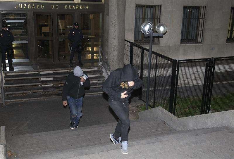 Salida de los juzgados de plaza de Castilla, en Madrid, de algunos de los 21 detenidos tras la reyerta del pasado domingo entre aficionados radicales del Atlético de Madrid y del Deportivo de La Coruña Foto: EFE en español