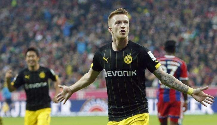 Jogador do Borussia Dortmund Marco Reus comemora gol marcado contra o Bayern de Munique durante partida pelo Campeonato Alemão, em Munique. 1/11/2014. Foto: Michaela Rehle/Reuters