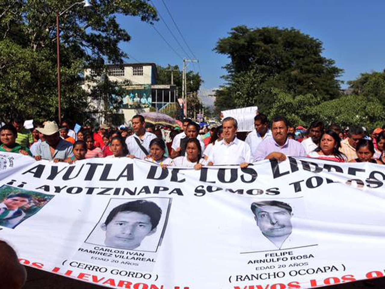 El Gobernador de Guerrero, Rogelio Ortega, marchó por calles del municipio de Ayutla de los Libres con los padres y familiares de los 43 normalistas de Ayotzinapa desaparecidos desde el pasado 26 de septiembre. Foto: @GobOrtega