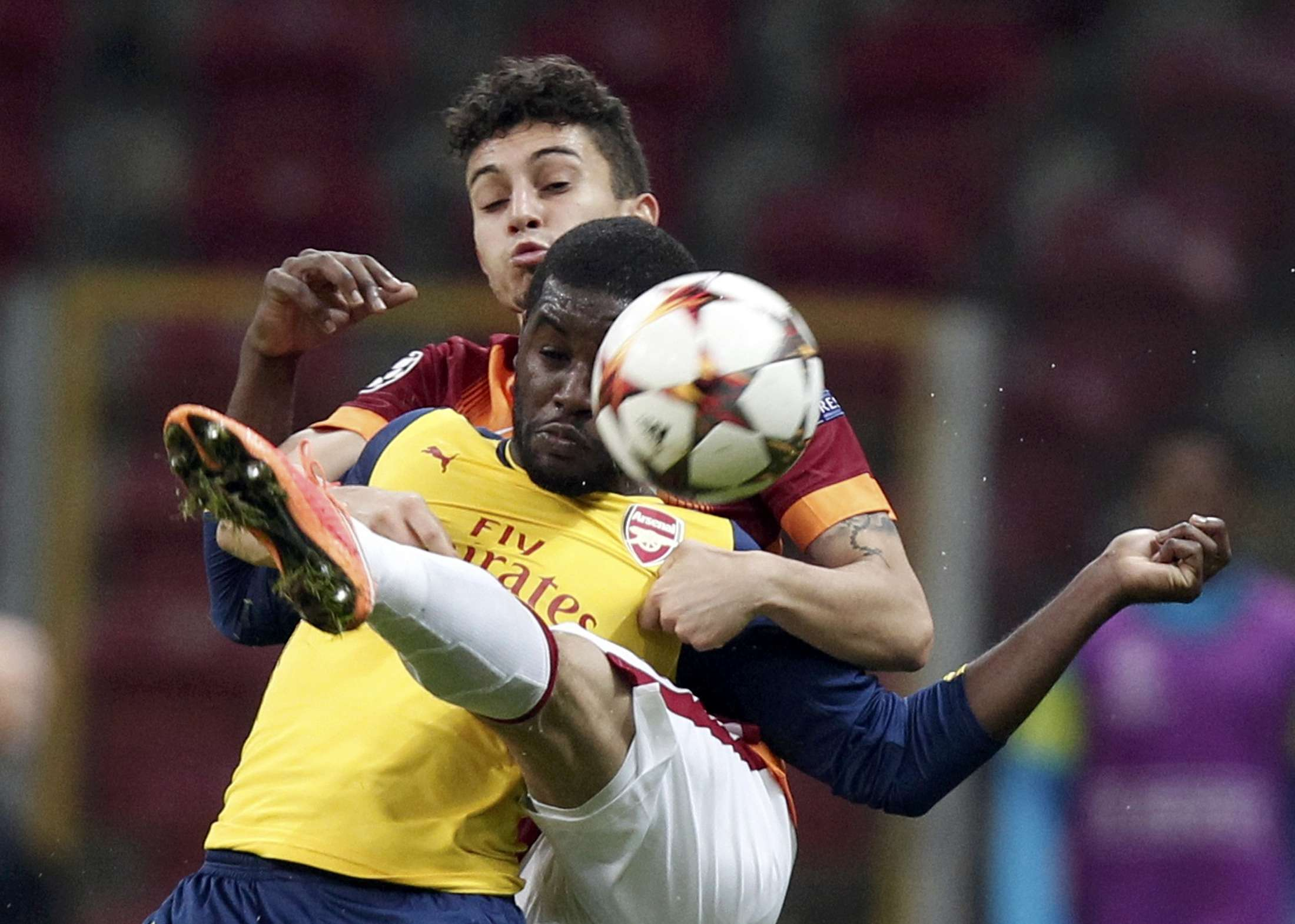 Galatasaray's Alex Telles challenges Arsenal's Joel Campbell (front) during their Champions League Group D soccer match at Ali Sami Yen Spor Kompleksi in Istanbul December 9, 2014. REUTERS/Osman Orsal (TURKEY - Tags: SOCCER SPORT TPX IMAGES OF THE DAY) Foto: OSMAN ORSAL/REUTERS