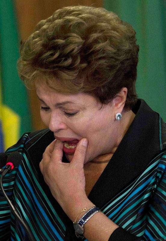 La presidenta de Brasil, Dilma Rousseff, reacciona tras recibir un reporte de la comisión de la verdad en Brasilia, dic 10 2014. Una comisión de la verdad que investiga las violaciones a los derechos humanos de la dictadura militar de Brasil entre 1964 y 1985 pidió el miércoles anular una ley de amnistía de 1979 para que los responsables puedan ser procesados. Foto: Joedson Alves/Reuters