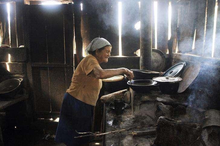 Maria Rivas prepara comida para sua família em Santa Isabel, na Nicarágua, em agosto. 19/08/2014 Foto: Oswaldo Rivas/Reuters