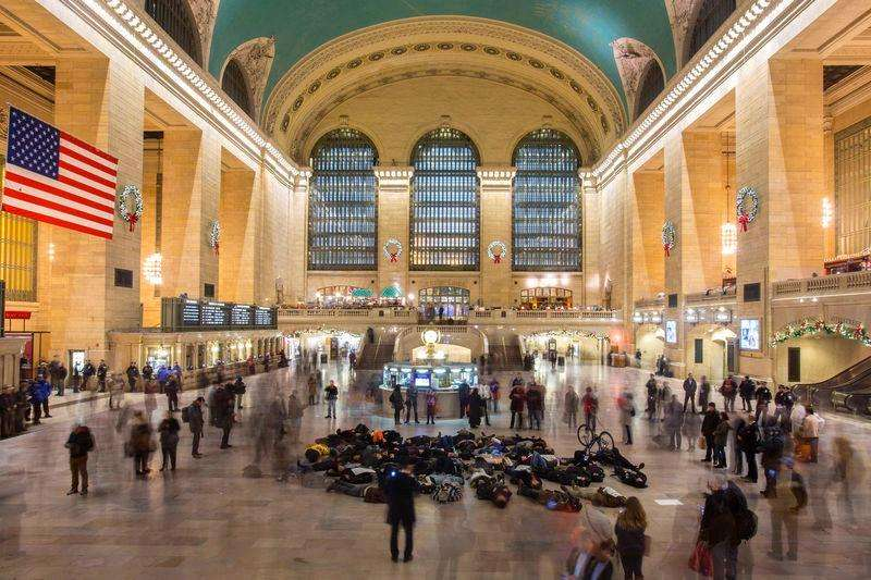 Manifestantes se fingem de mortos em protesto na Grand Central Station, em Nova York. 10/12/2014 Foto: Andrew Kelly/Reuters