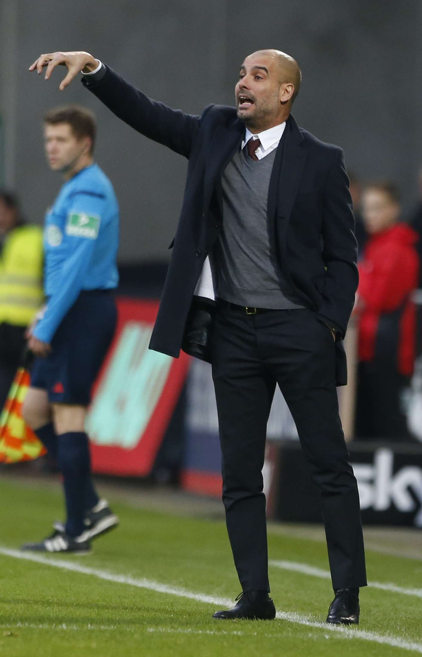 Bayern Munich's coach Pep Guardiola gestures during the German Bundesliga first division soccer match against Augsburg in Augsburg December 13, 2014. Bayern Munich won the match 4-0. REUTERS/Michaela Rehle (GERMANY - Tags: SPORT SOCCER) DFL RULES TO LIMIT THE ONLINE USAGE DURING MATCH TIME TO 15 PICTURES PER GAME. IMAGE SEQUENCES TO SIMULATE VIDEO IS NOT ALLOWED AT ANY TIME. FOR FURTHER QUERIES PLEASE CONTACT DFL DIRECTLY AT + 49 69 650050. Foto: MICHAELA REHLE/REUTERS