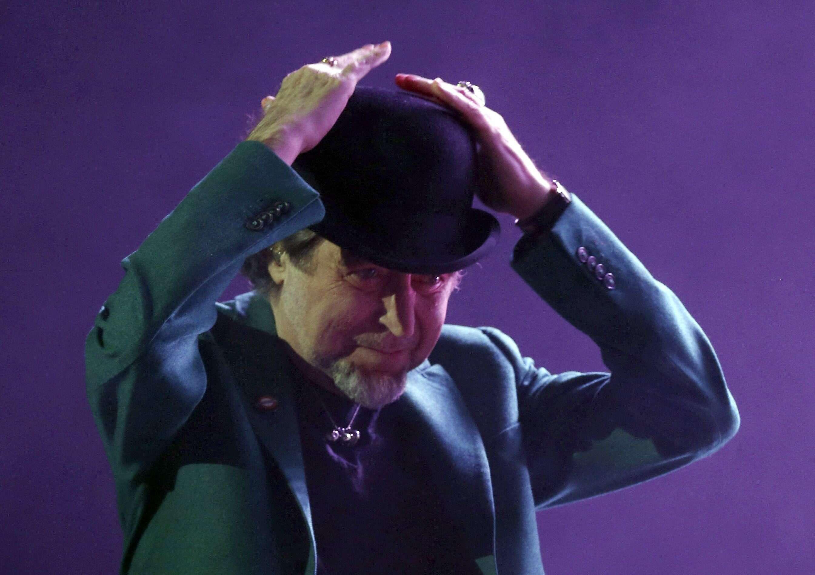 El cantante Joaquín Sabina durante el concierto que ofreció anoche en el Palacio de los Deportes de la Comunidad de Madrid. Foto: EFE en español