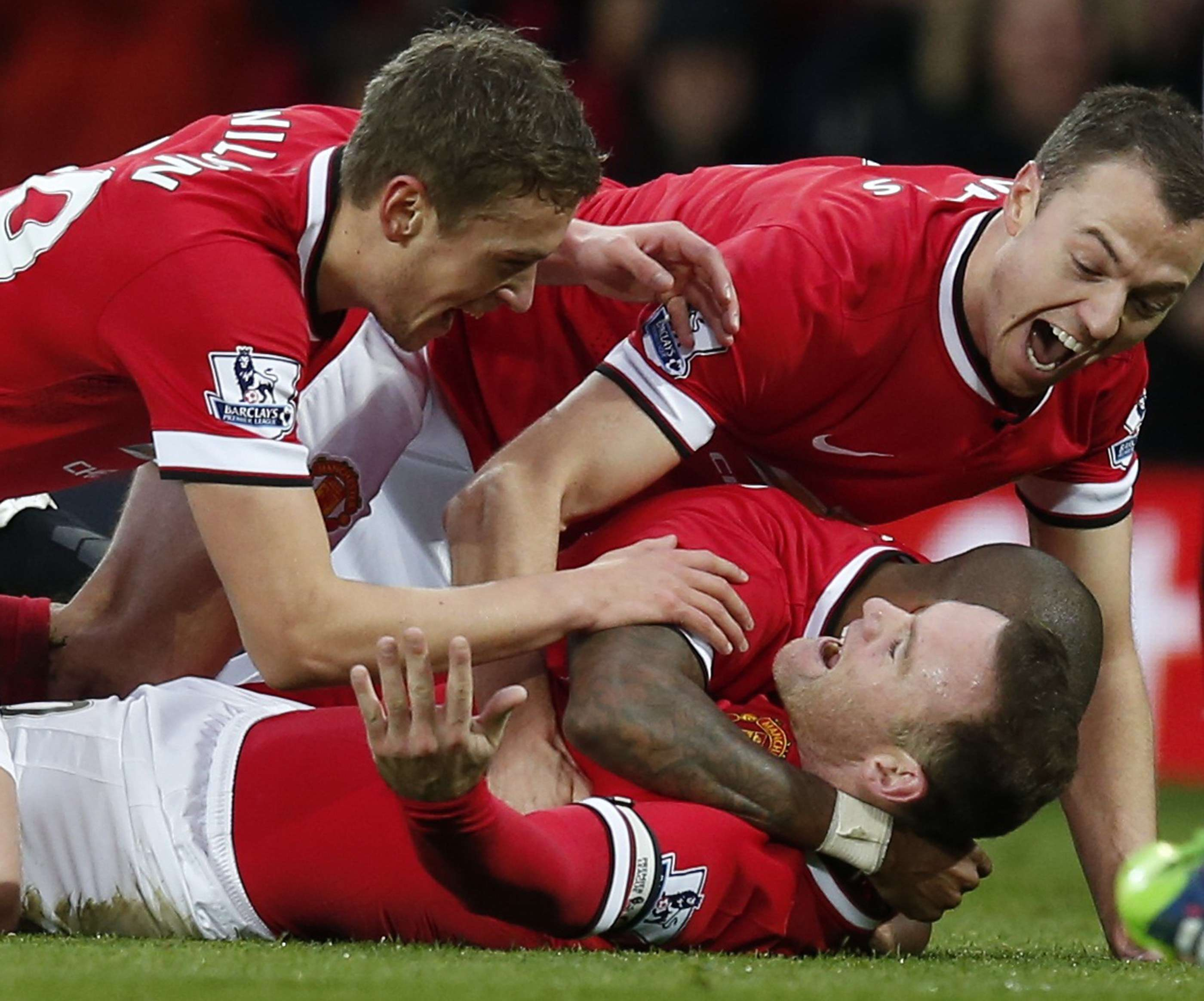 "Manchester United's Wayne Rooney (on ground) celebrates with Michael Carrick (L), Jonny Evans (R) and Ashley Young (partially obscured), after scoring the opening goal during their English Premier League soccer match against Liverpool at Old Trafford in Manchester, northern England December 14, 2014. REUTERS/Phil Noble (BRITAIN - Tags: SPORT SOCCER) NO USE WITH UNAUTHORIZED AUDIO, VIDEO, DATA, FIXTURE LISTS, CLUB/LEAGUE LOGOS OR ""LIVE"" SERVICES. ONLINE IN-MATCH USE LIMITED TO 45 IMAGES, NO VIDEO EMULATION. NO USE IN BETTING, GAMES OR SINGLE CLUB/LEAGUE/PLAYER PUBLICATIONS. FOR EDITORIAL USE ONLY. NOT FOR SALE FOR MARKETING OR ADVERTISING CAMPAIGNS Foto: PHIL NOBLE/REUTERS"