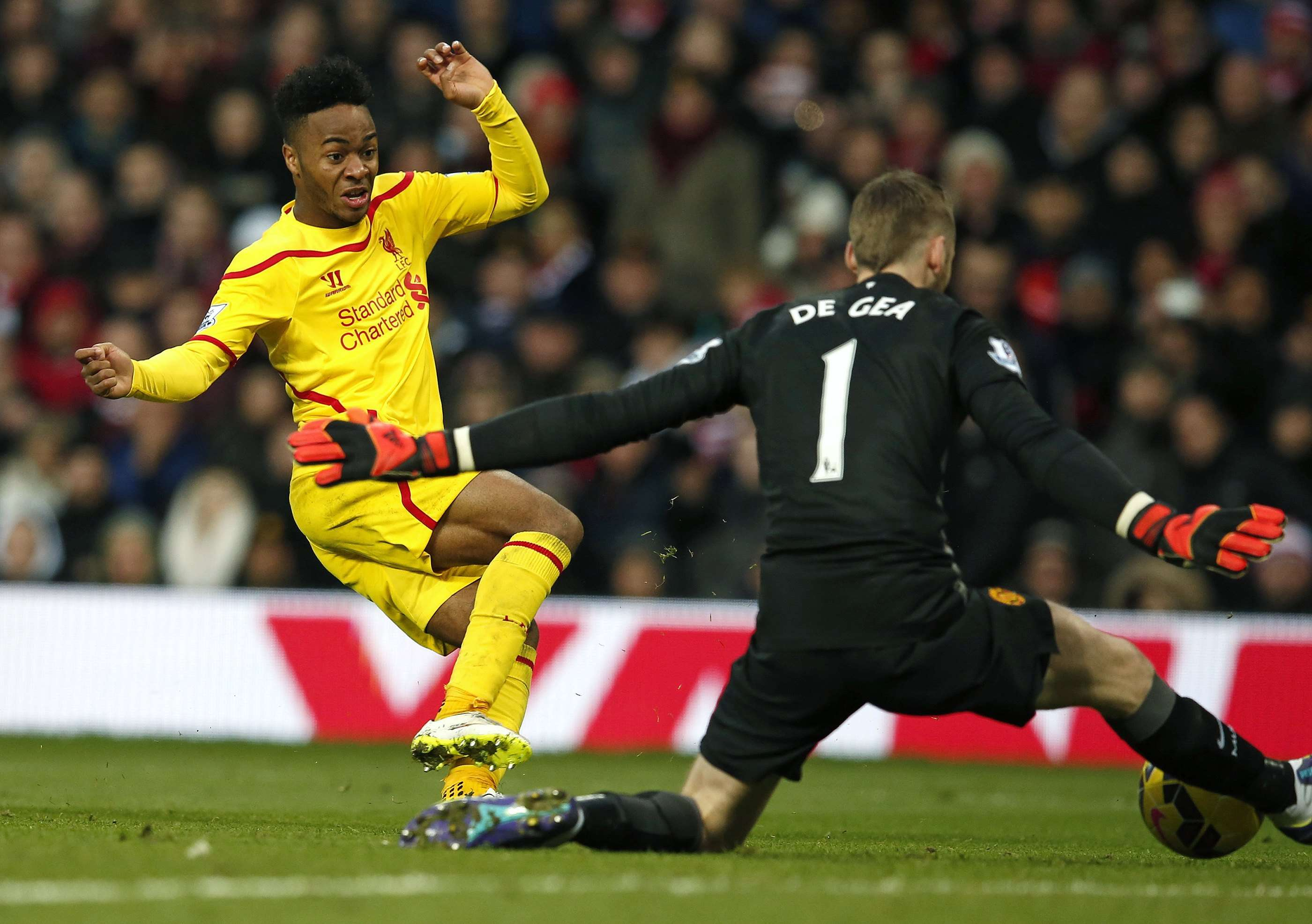 "Manchester United goalkeeper David De Gea (R) makes a save from Liverpool's Raheem Sterling during their English Premier League soccer match at Old Trafford in Manchester, northern England December 14, 2014. REUTERS/Phil Noble (BRITAIN - Tags: SPORT SOCCER TPX IMAGES OF THE DAY) NO USE WITH UNAUTHORIZED AUDIO, VIDEO, DATA, FIXTURE LISTS, CLUB/LEAGUE LOGOS OR ""LIVE"" SERVICES. ONLINE IN-MATCH USE LIMITED TO 45 IMAGES, NO VIDEO EMULATION. NO USE IN BETTING, GAMES OR SINGLE CLUB/LEAGUE/PLAYER PUBLICATIONS. FOR EDITORIAL USE ONLY. NOT FOR SALE FOR MARKETING OR ADVERTISING CAMPAIGNS Foto: PHIL NOBLE/REUTERS"