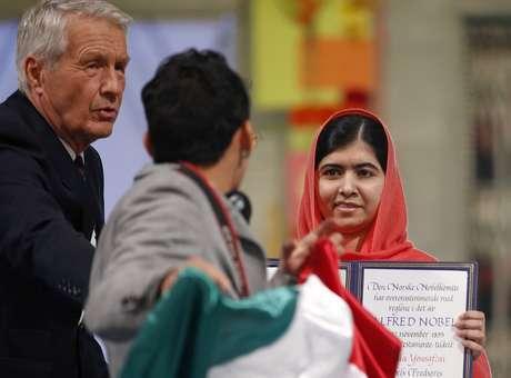 10 de diciembre.- Un joven con una bandera de México irrumpió el evento de premiación en donde se le entregó este miércoles el Nobel de la Paz 2014 a la paquistaní Malala Yousafzai y al activista indio Kailash Satyarthi en Oslo, Noruega. De manera sorpresiva, este hombre se acercó al escenario cuando los galardonados mostraban sus preseas, robando la atención de la prensa y de los asistentes a la ceremonia. Foto: AP