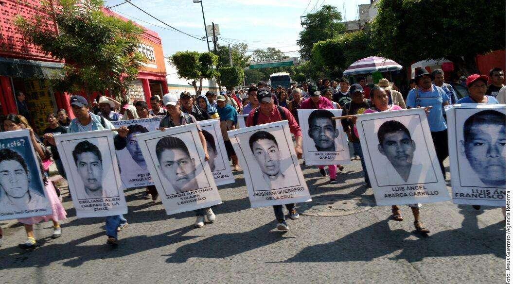Marchan padres de normalistas en Iguala Foto: Agencia Reforma