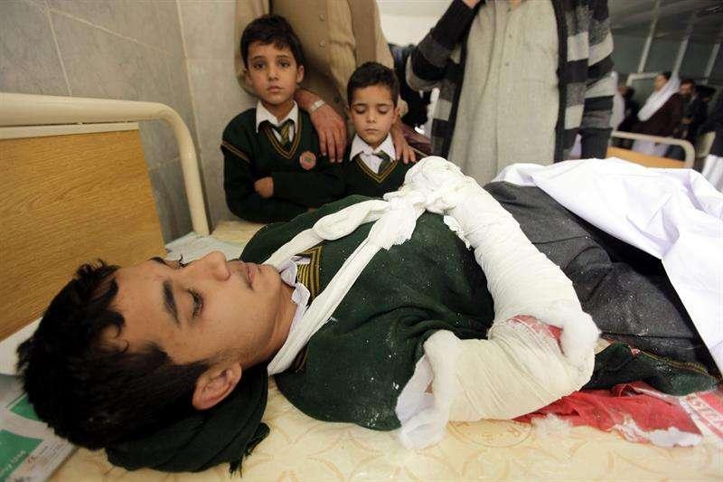 Un estudiante, herido en el ataque talibán, permanece ingresado en un hospital de Peshawar . Foto: Arshad Arbab/EFE