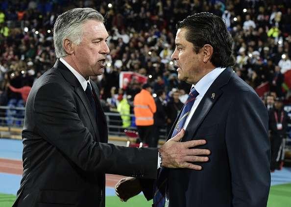 Ancelotti da clases de táctica a Tena. Foto: AFP