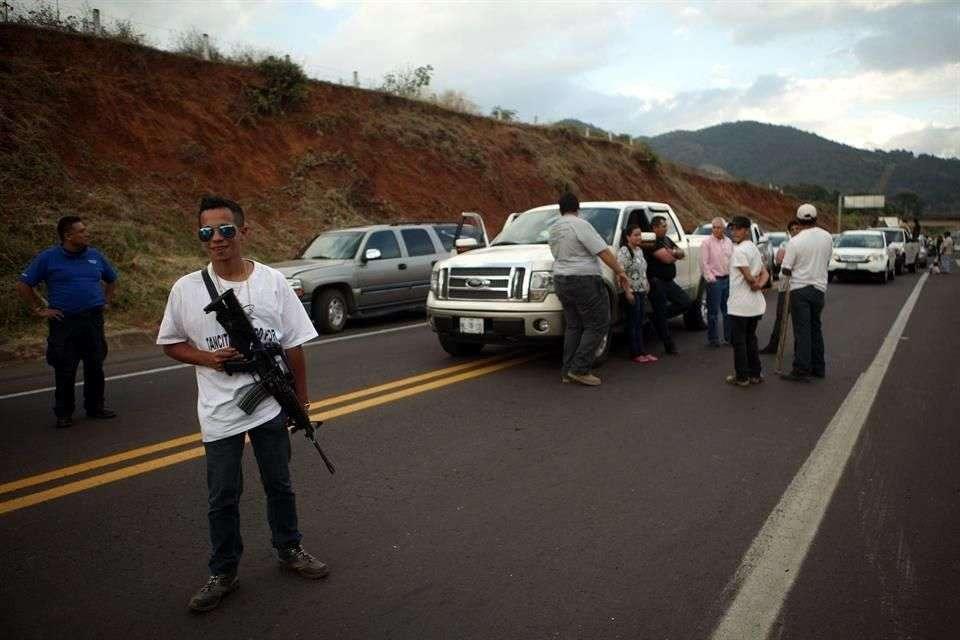 Autodefensas anunciaron el inicio de patrullajes y la instalación de barricadas para ir en busca de integrantes del crimen organizado en Michoacán. Foto: Adán García/Reforma