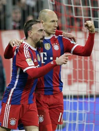 Bayern's Arjen Robben from the Netherlands, right, celebrates with teammate Franck Ribery from France after scoring his side's opening goal during the German first division Bundesliga soccer match between FC Bayern and SC Freiburg in the Allianz Arena in Munich, Germany, on Tuesday, Dec. 16, 2014. (AP Photo/Matthias Schrader) Foto: AP en español