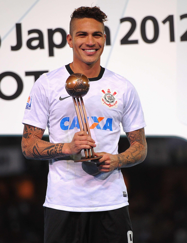 Guerrero com troféu de terceiro melhor jogador do Mundial de Clubes 2012; para corintianos, ele foi o número um Foto: Michael Regan/Fifa/Getty Images
