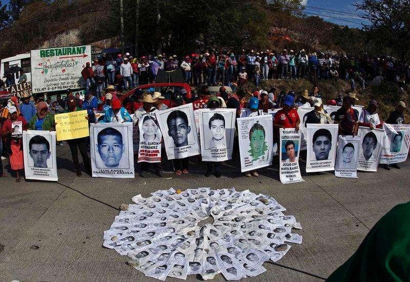 Pais de estudantes desaparecidos no México participam de manifestação pelos 43 que desapareceram e outros dois que foram assassinados durante confrontos com a polícia em Chilpancingo, Guerrero. 12/12/2014 Foto: Jorge Dan Lopez/Reuters