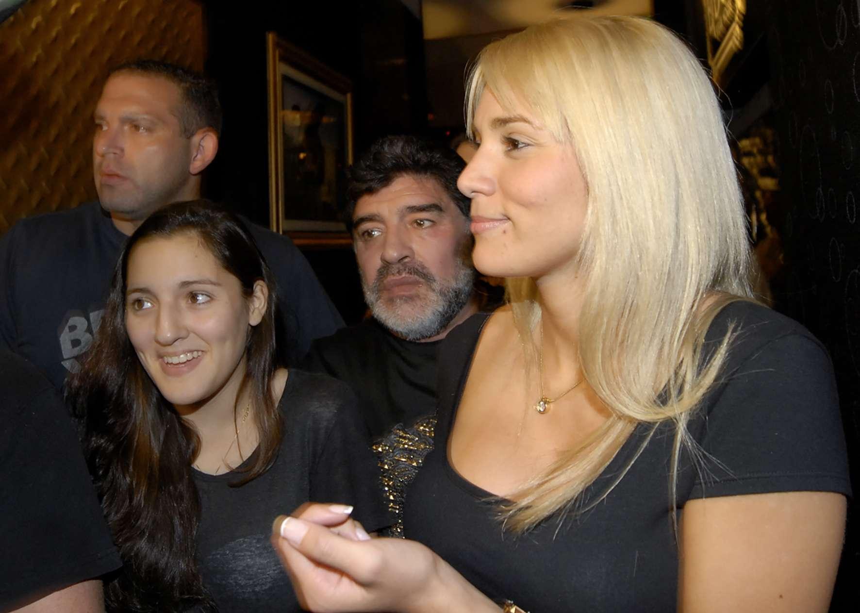 Jana, junto a su padre Diego Maradona y Rocío Oliva. Foto: Noticias Argentinas